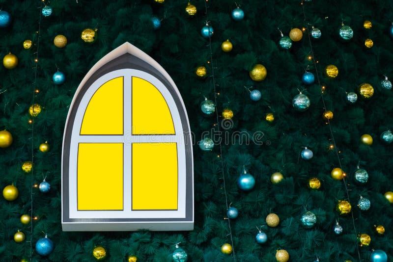 Ventana abstracta del color amarillo en un árbol del Año Nuevo adornado con los juguetes y las bolas Fondo decorativo para la Nav imágenes de archivo libres de regalías
