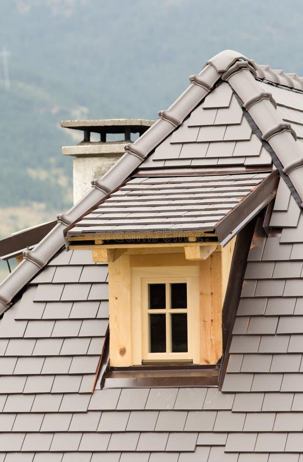 Ventana abuhardillada en el tejado imagenes de archivo