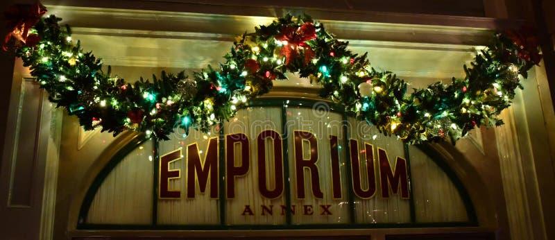 Ventana adornada con la guirnalda de la Navidad fotografía de archivo libre de regalías