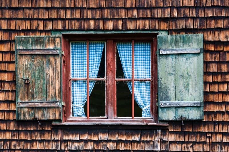 Ventana alpina bávara idílica de la cabaña imagen de archivo libre de regalías