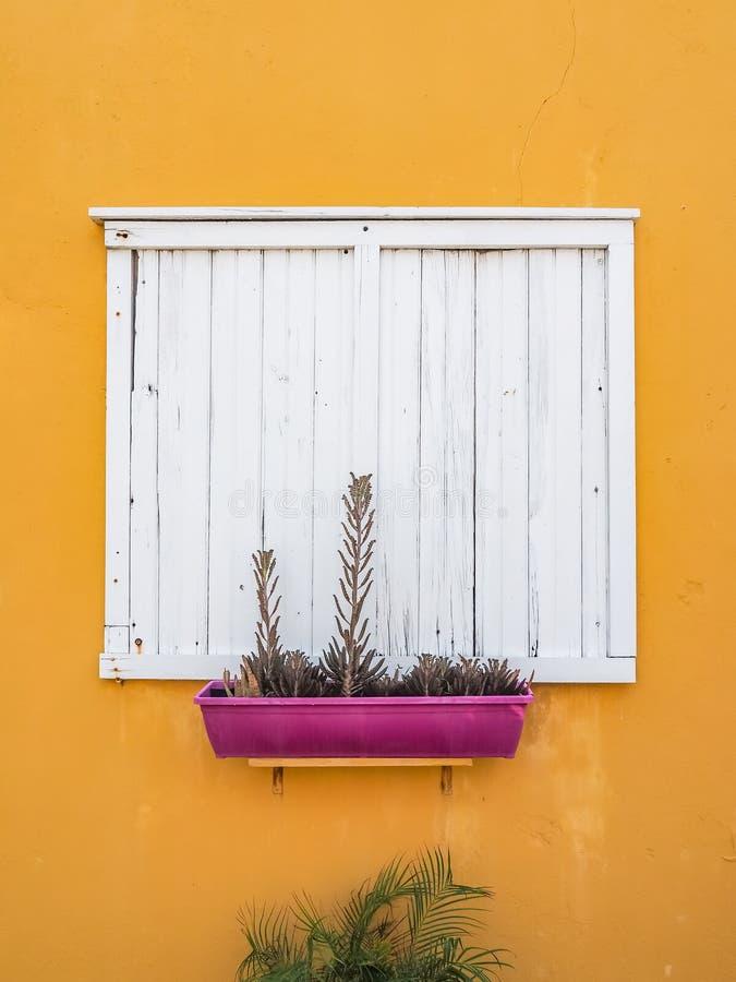 Ventana amarilla - opiniones de Curaçao del distrito de Petermaai foto de archivo libre de regalías