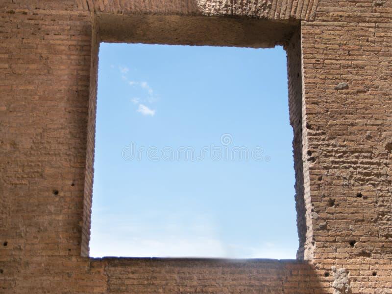 Ventana antigua de la casa de Augustus en la colina de Palatine en Roma fotografía de archivo