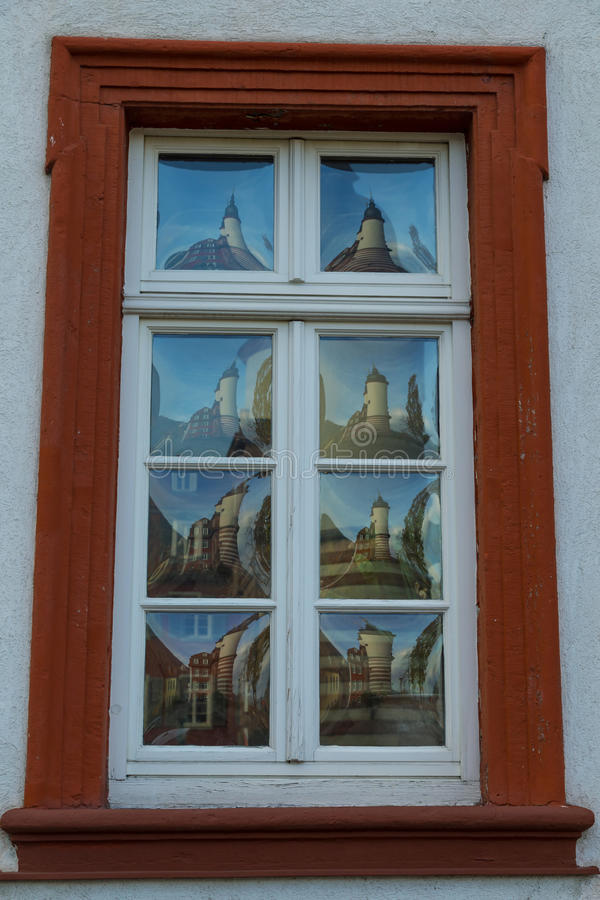 Ventana antigua original con el vidrio convexo fotografía de archivo libre de regalías