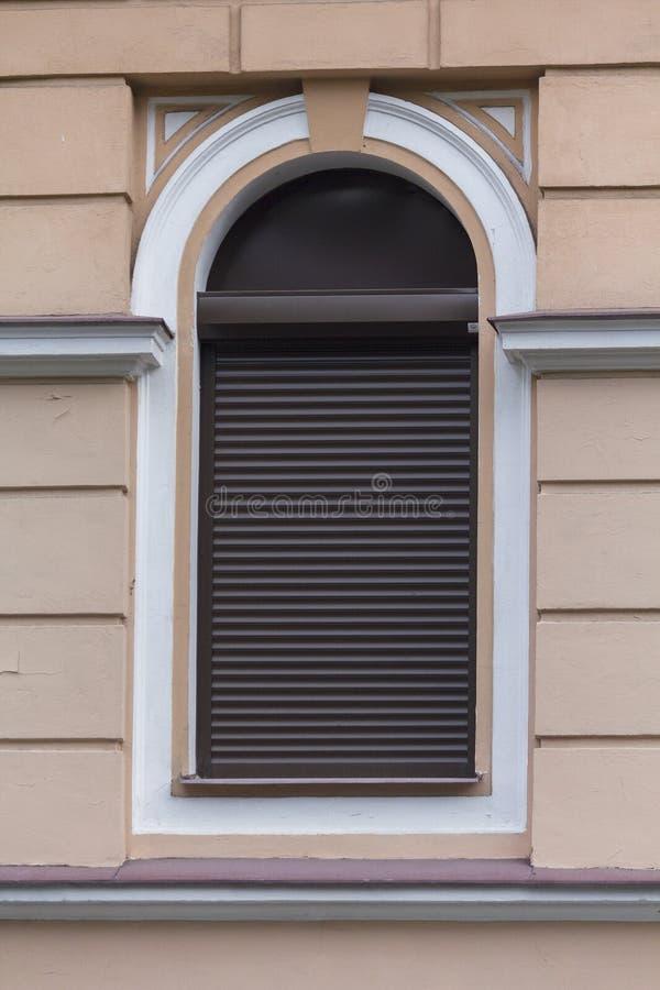 Ventana arqueada en estilo clásico con la persiana imagen de archivo libre de regalías