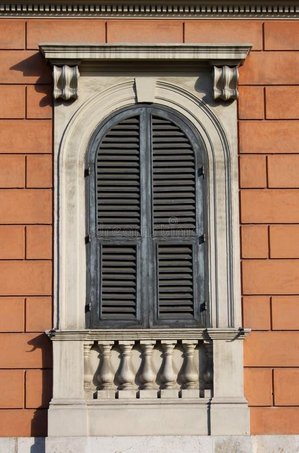Ventana arqueada en Roma imagen de archivo