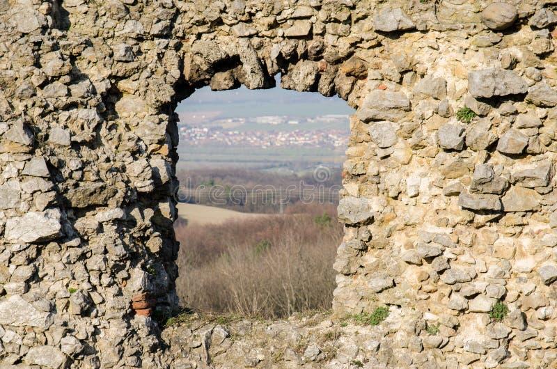 Ventana arruinada medieval vieja del castillo con la opinión del paisaje imagen de archivo