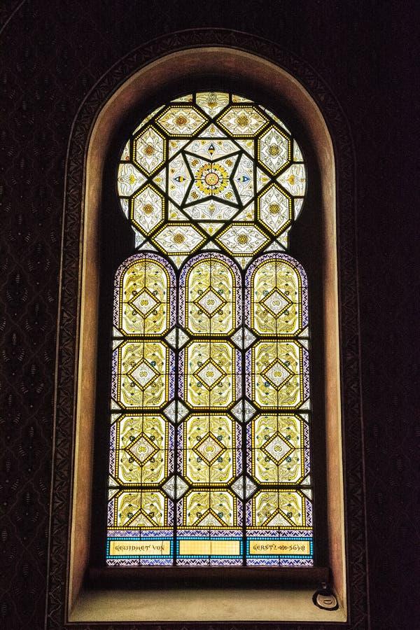 Ventana artística en la sinagoga española, Praga, República Checa fotografía de archivo libre de regalías