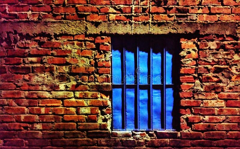 Ventana azul en pared de ladrillos rojos imágenes de archivo libres de regalías