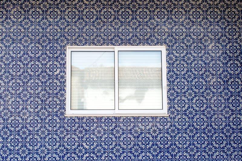 Ventana blanca en la pared adornada con las baldosas cerámicas portuguesas fotografía de archivo libre de regalías