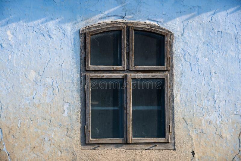 Ventana campesina vieja de la casa de 19 siglos en luz natural en Transilvania imagen de archivo libre de regalías
