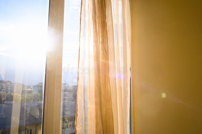 Ventana a casa interior brillante de las cortinas del throgh de Sun imagen de archivo libre de regalías