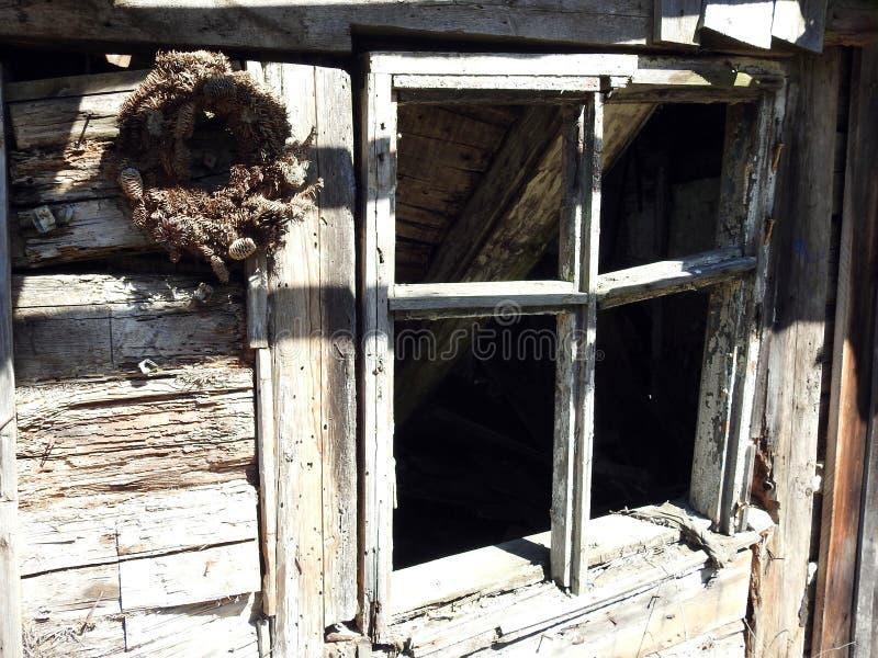 Ventana casera no viva vieja en el pueblo, Lituania foto de archivo libre de regalías