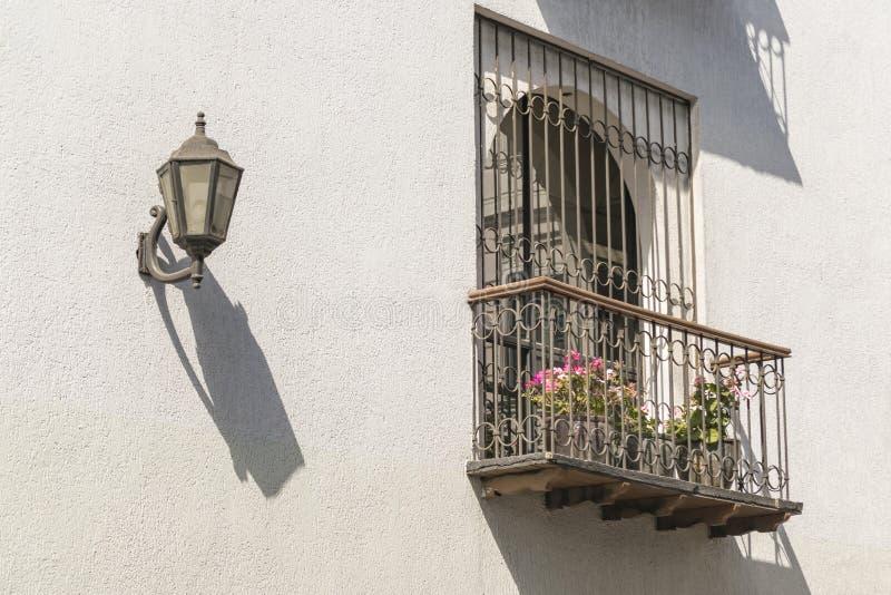 Ventana colonial Quito Ecuador del estilo fotos de archivo