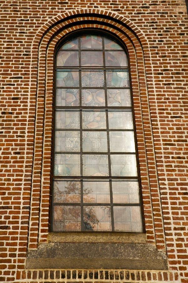 ventana color de rosa Italia Lombardía el ti viejo de la iglesia del turbigo imagen de archivo