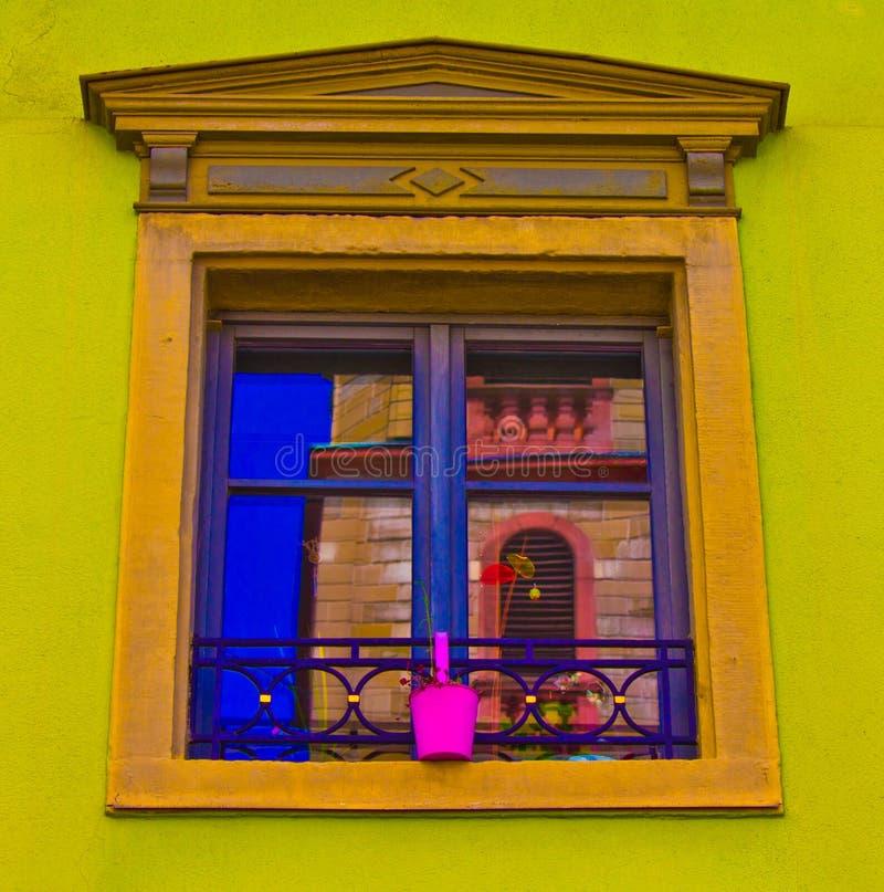 Ventana colorida con la reflexión fotografía de archivo libre de regalías