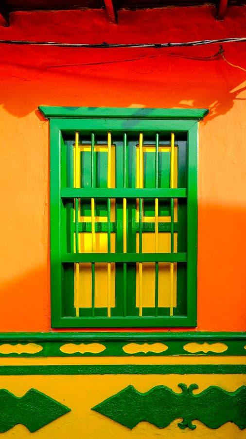 Ventana colorida en Guatapé, Antioquia, Colombia imagen de archivo