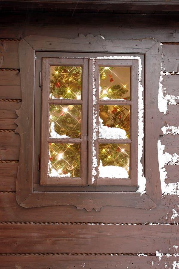 Ventana con el árbol de navidad fotos de archivo libres de regalías