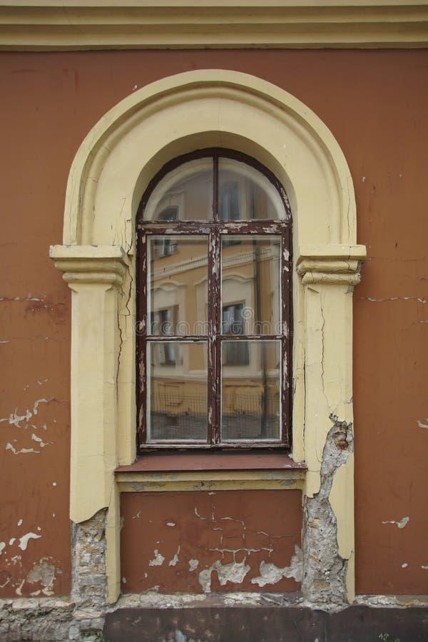Ventana con el edificio de piedra viejo dañado por tiempo imágenes de archivo libres de regalías