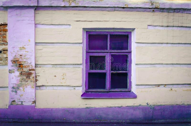 Ventana con el marco púrpura fotografía de archivo