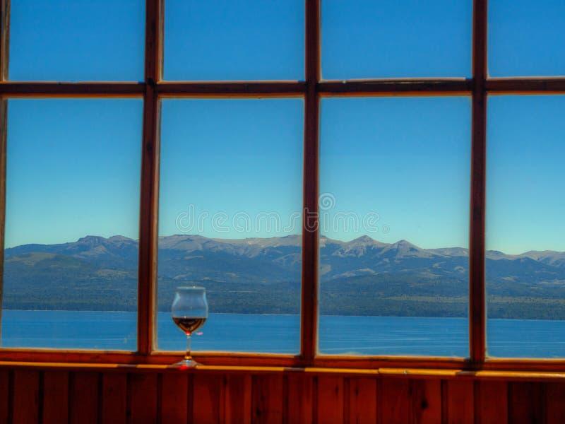 Ventana con el vidrio de vino foto de archivo