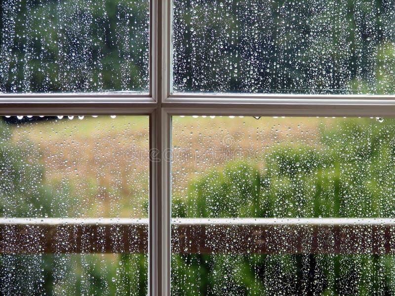 Ventana con gotas de lluvia imagen de archivo libre de regalías