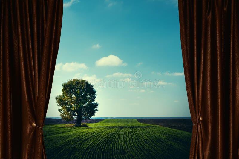 Ventana con la cortina y la pañería fotos de archivo libres de regalías