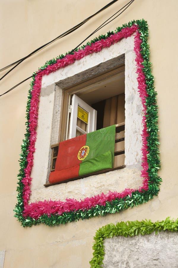 Ventana con la guirnalda e indicador en Portugal. foto de archivo