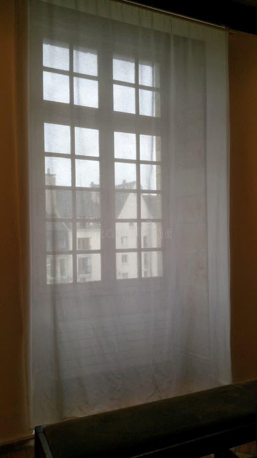 Ventana con las cortinas imágenes de archivo libres de regalías