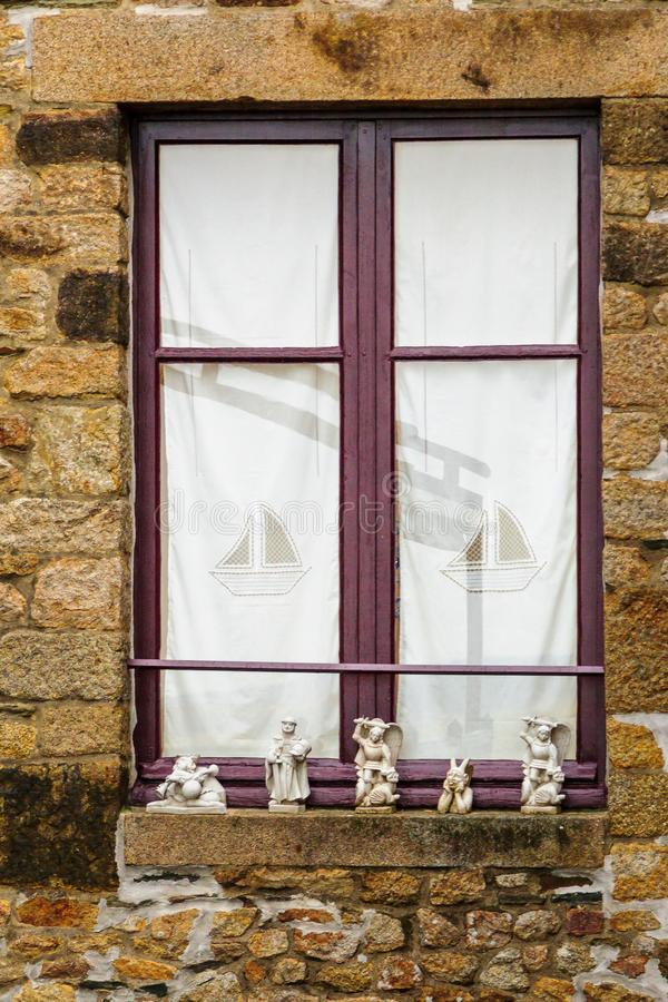 Ventana con las esculturas religiosas en el Le Mont-Santo-Miguel lunes imágenes de archivo libres de regalías