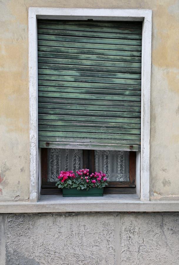 ventana con las persianas de una casa vieja con un ingenio embellecido balcón fotos de archivo