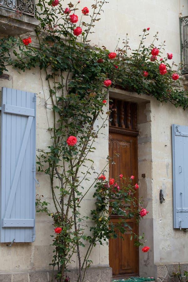 Ventana con las rosas rojas imagen de archivo