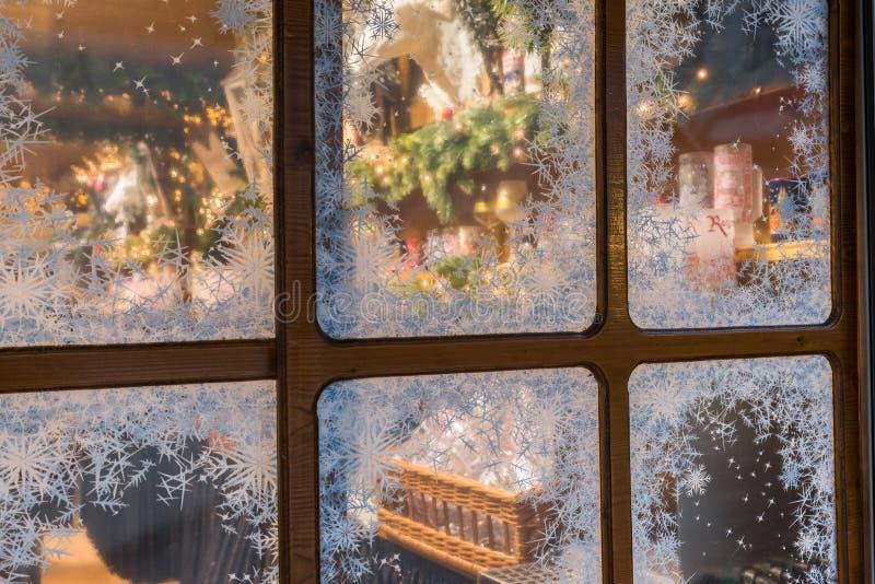 Ventana con los cristales de hielo en mercado de la Navidad en Regensburg, Alemania fotografía de archivo libre de regalías