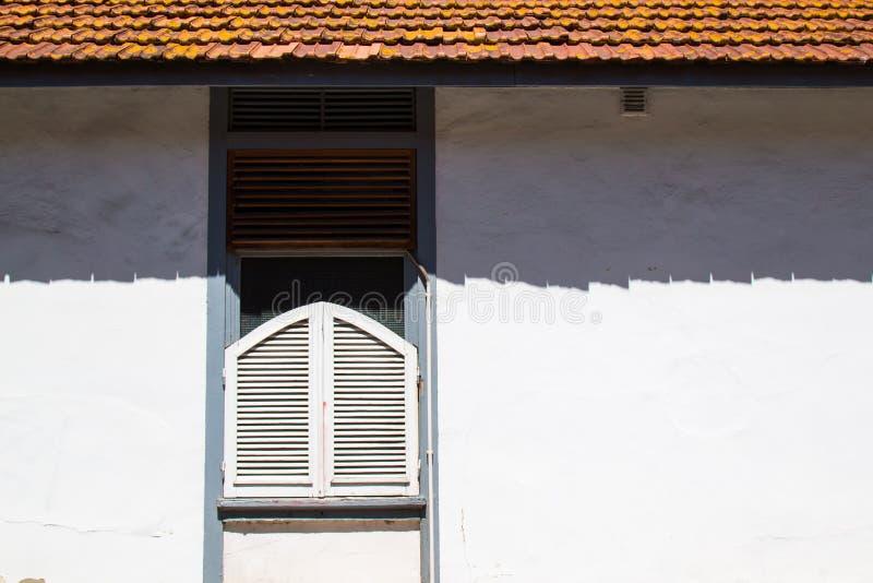 Download Ventana Con Un Obturador Y Una Sombra Del Tejado Imagen de archivo - Imagen de blanco, azulejo: 100531281
