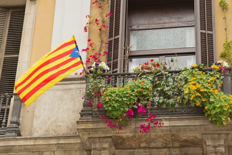 Ventana con una bandera catalana. imagenes de archivo