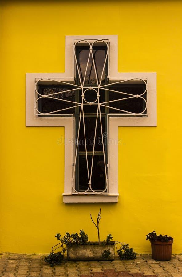 Ventana cruzada de la iglesia de la forma en la pared fotos de archivo libres de regalías