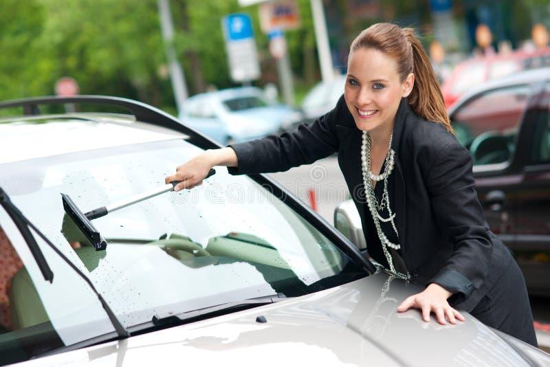 Ventana de coche de la mujer que se lava imagenes de archivo