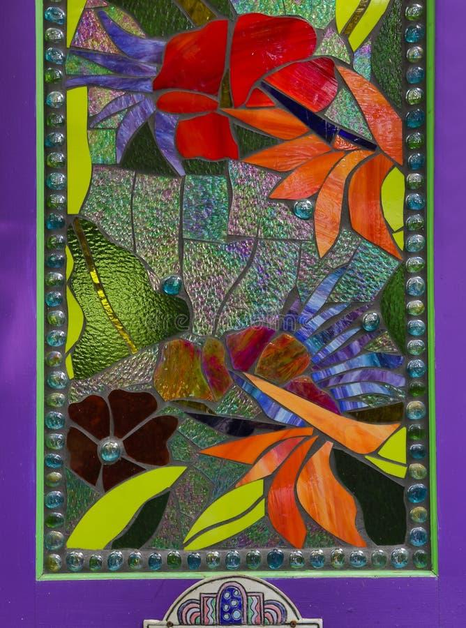 Ventana de cristal de la mancha en puerta púrpura imagen de archivo