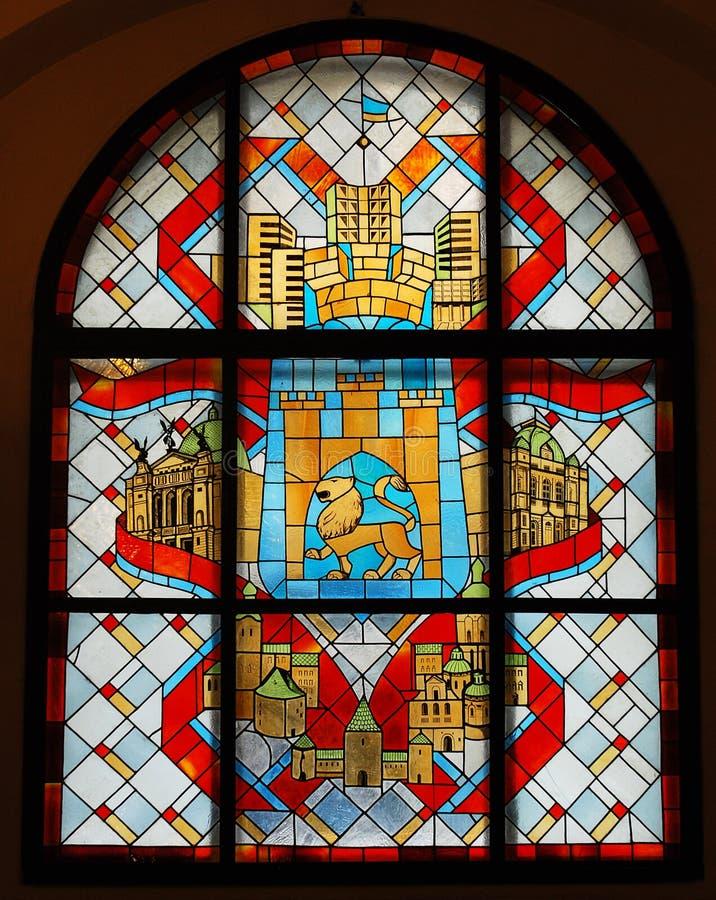 Ventana de cristal manchada con el emblema fotos de archivo libres de regalías