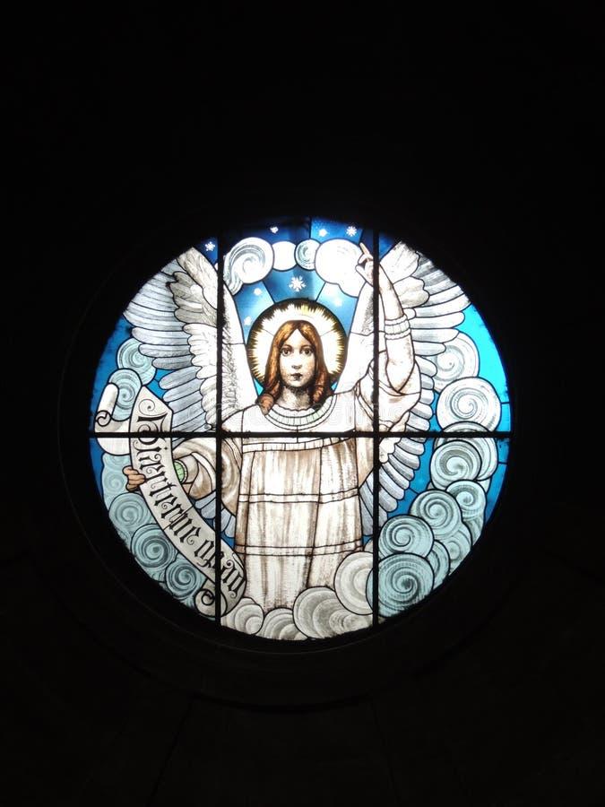 Ventana de cristal manchada que representa un ángel imagen de archivo