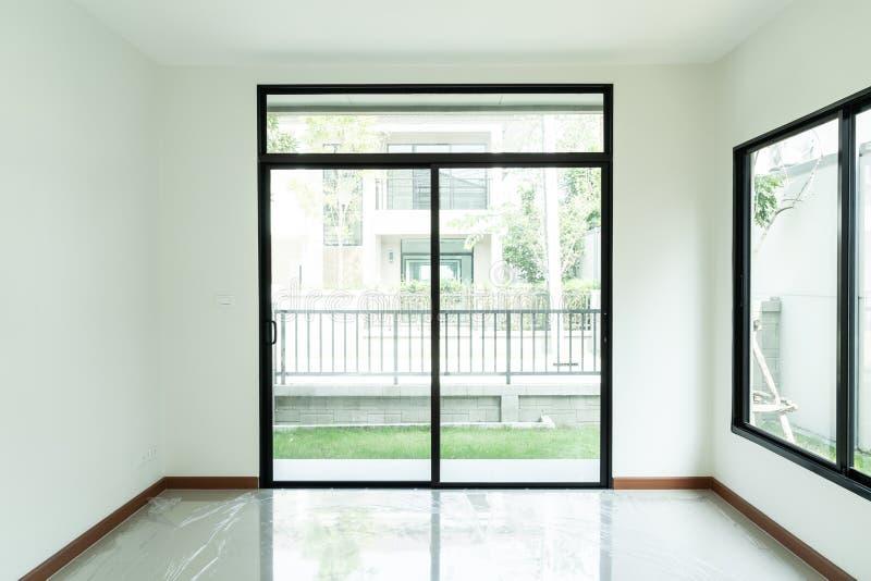 ventana de cristal y puerta vacías en hogar fotos de archivo libres de regalías
