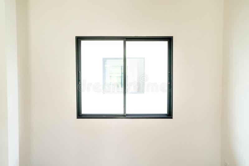 ventana de cristal y puerta vacías en hogar foto de archivo libre de regalías
