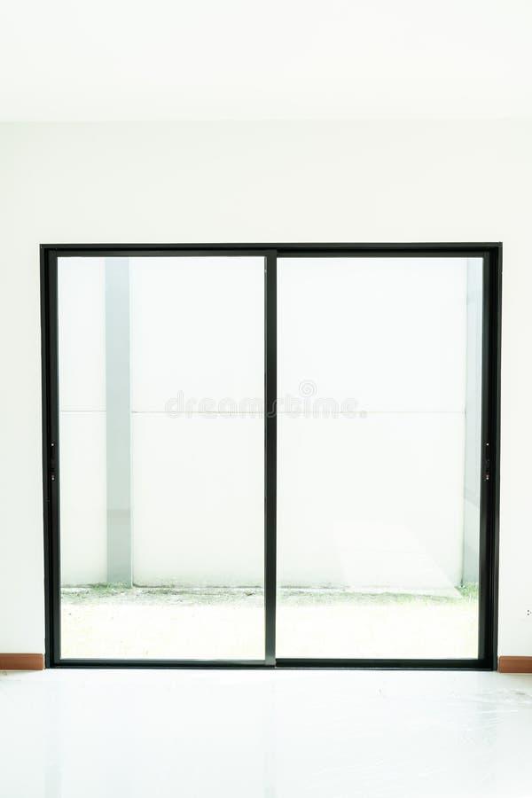 ventana de cristal y puerta vacías en hogar imagen de archivo libre de regalías
