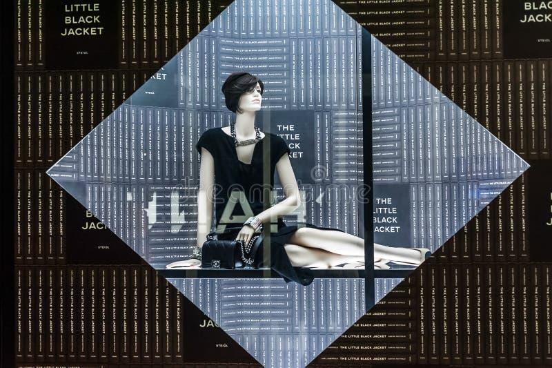 Ventana de exhibición del boutique de Chanel con el pequeño vestido negro famoso imágenes de archivo libres de regalías