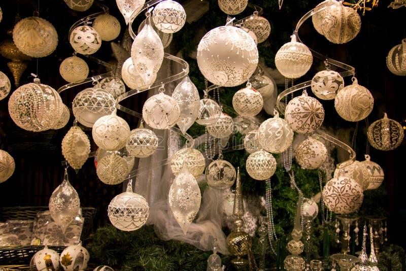 Ventana de exhibición hermosa de las decoraciones de la Navidad, bolas elegantes de la perla, de plata, blancas del árbol de navi imágenes de archivo libres de regalías