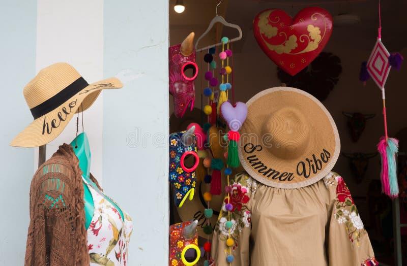 Ventana de exhibición de la tienda para mujer de la ropa imágenes de archivo libres de regalías