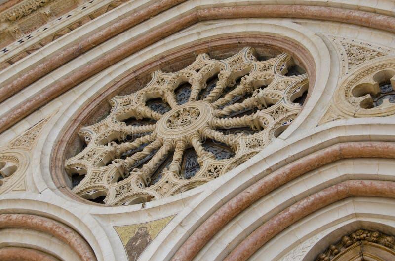 Ventana de la basílica de St Francis en Assisi, Italia imagen de archivo libre de regalías