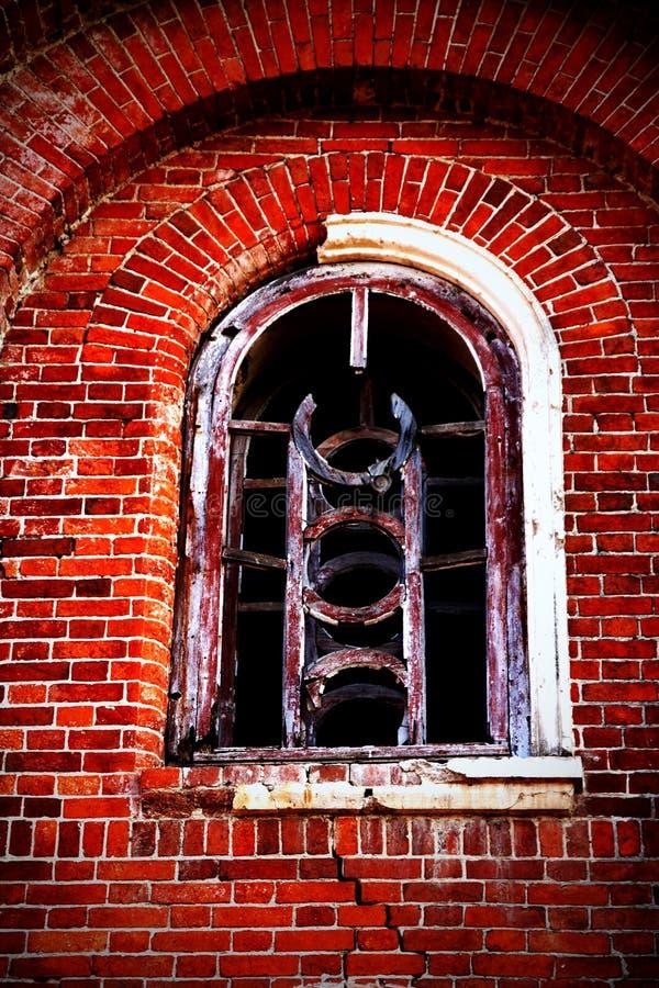 Ventana de la casa abandonada espeluznante. fotos de archivo