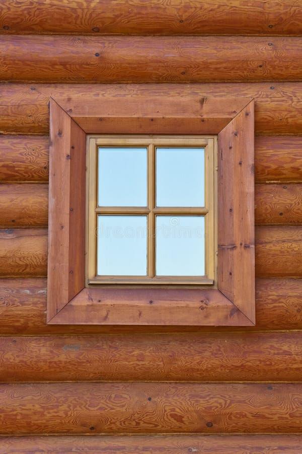 Ventana de la casa de madera vieja imagenes de archivo
