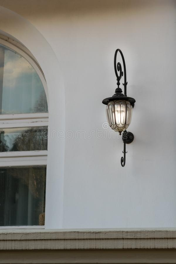 Ventana de la casa y accesorio de iluminación del vintage atado en la pared fotografía de archivo libre de regalías