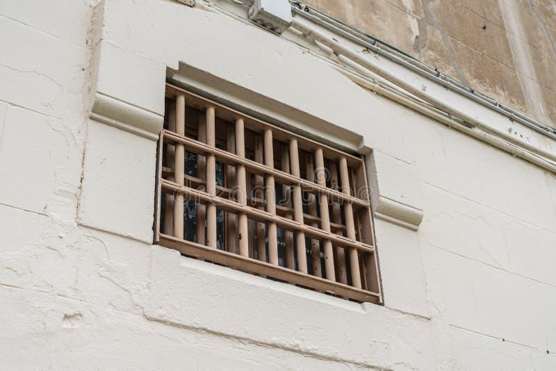 Ventana de la celda de prisión con las barras, cierre para arriba foto de archivo